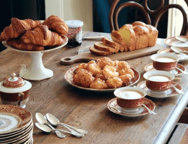 Petit-déjeuner brioche viennoiseries fait maison